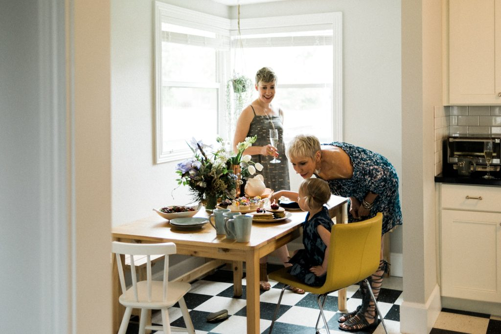 Mamas take it easy...brunch at home with the fam is a no-stress way to enjoy Mother's Day. Our fav brunch recipes (+ spring & summer outfits) inside.