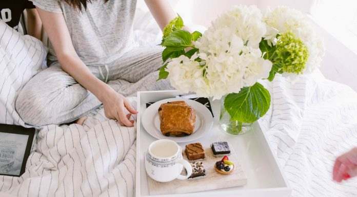 For us Mamas, there's a simple Mother's Day gift idea that wins the morning with the fam. Hint: here's how to make breakfast in bed somethin' special.