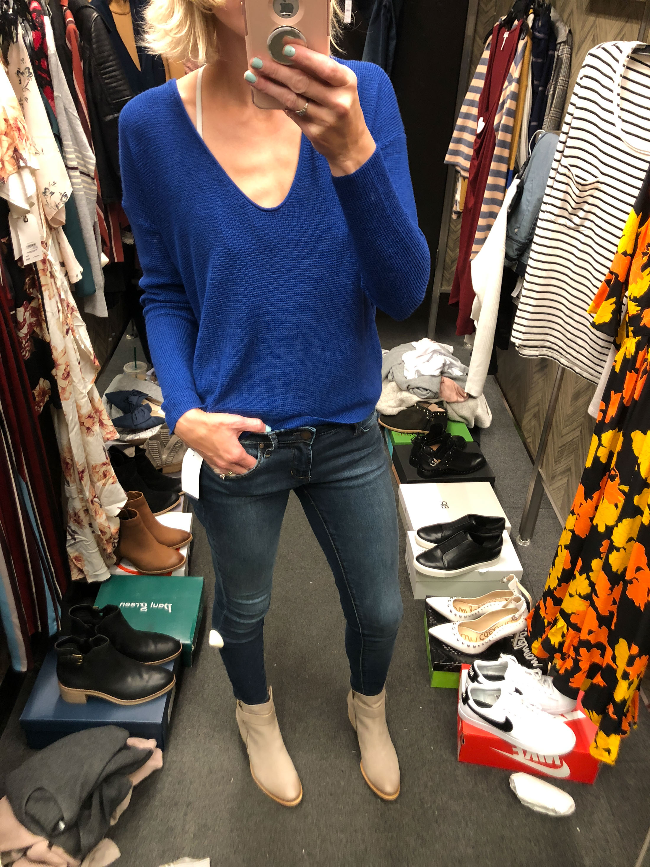 electric blue lightweigth sweater skinny jeans tan booties