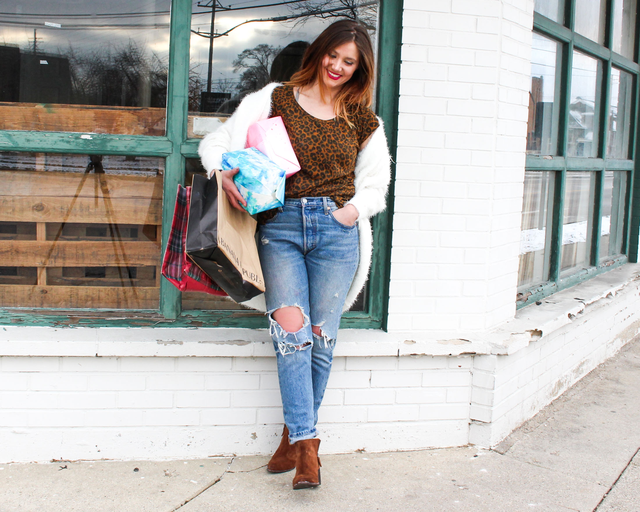The key to nailing your holiday shopping outfit is COMFORT. Think fav denim, walkable shoes & layers. Here's how we do for gift-hunting garb success.