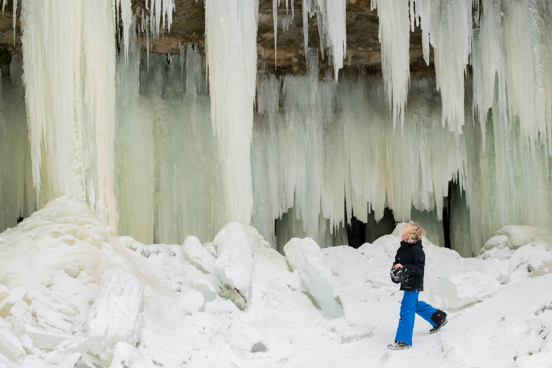 The cold of Michigan's Upper Peninsula creates stunning winter creations, like the ice cave. How to explore the Eben Ice Caves of Lake Superior? Like this.