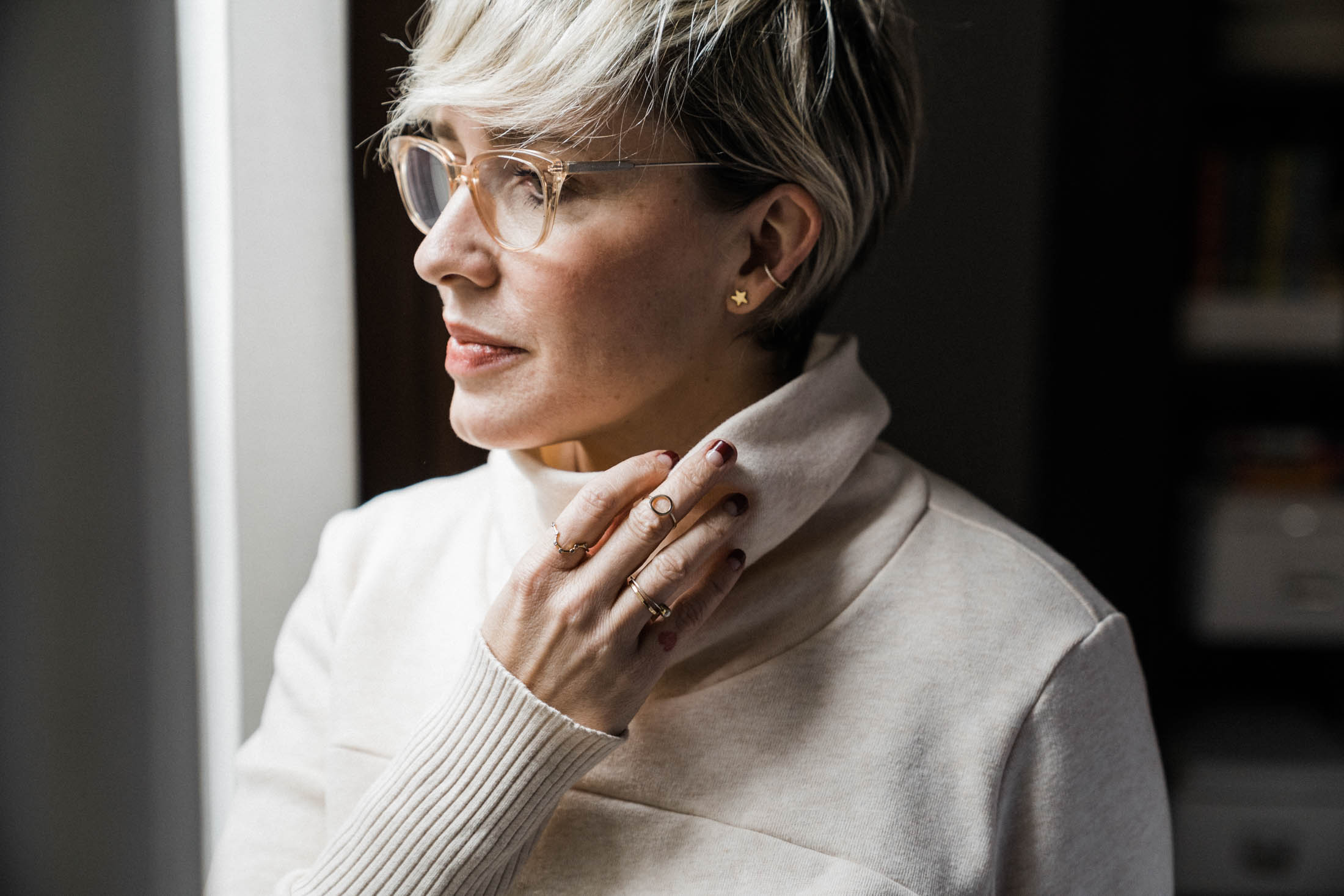 Glasses gals, finding the spot-on combo for earrings & eyewear is TOUGH. Luckily, we've got style tips. Here's how to strike the right balance with jewelry.