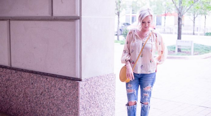 We're ready for warmer temps, Mamas! Spring & summer call for boyfriend jeans paired with pretty, boho-chic tops. Here's how to style this go-to outfit.