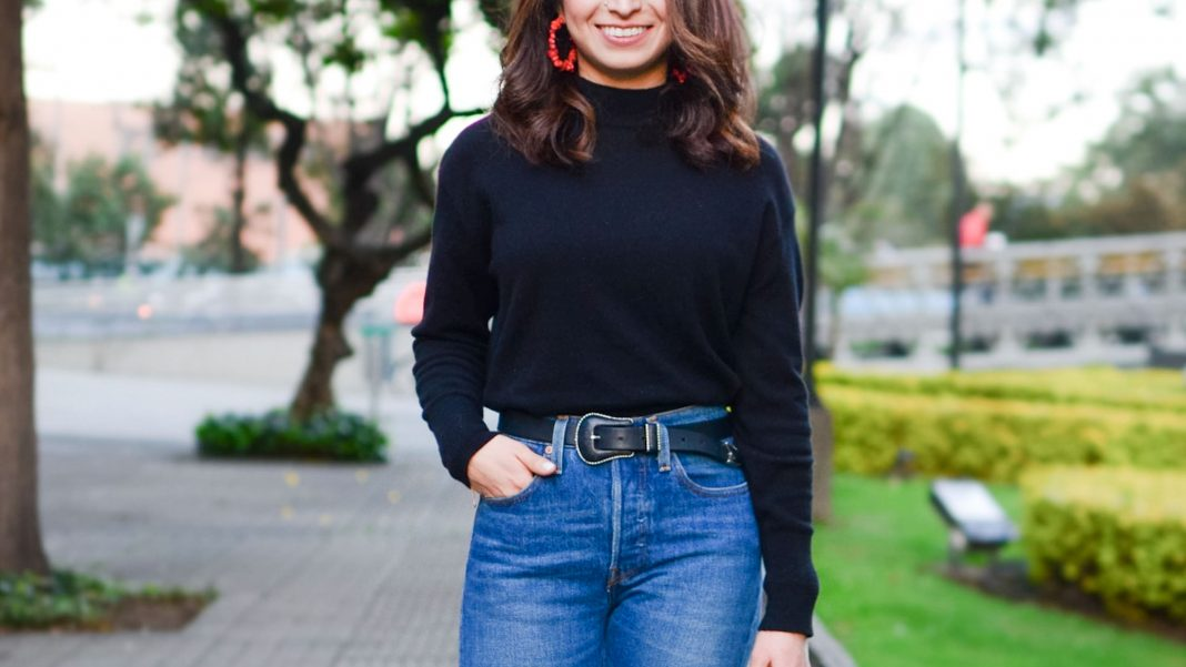 How to style jeans? For bootcut, boyfriend or mom jeans, the answer is in what shoes & accessories to wear with them. These 4 key add-ons do the trick.