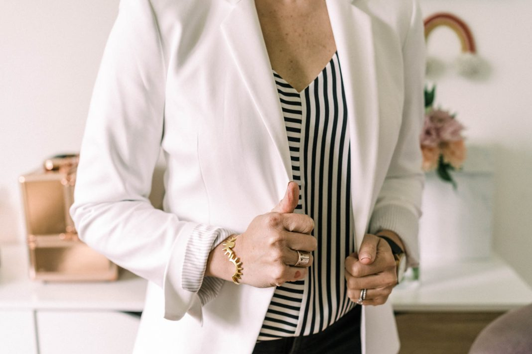 Time tobreak out the summer casual outfits, Mamas! BUT —don't forget a white or off-white blazer to top off that printed cami. Casual, cool perfection.