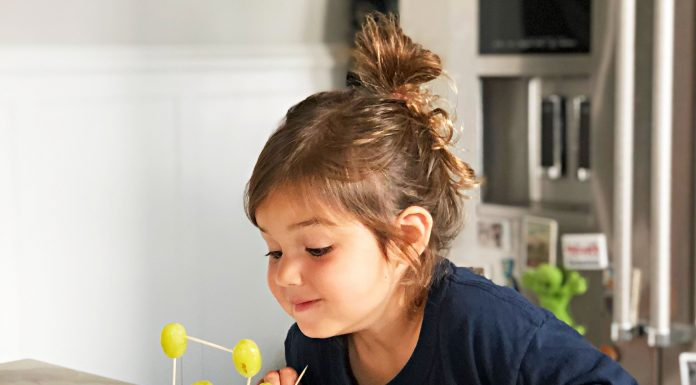 Kiddos at home this summer? We're keeping little hands busy in the kitchen with DIY activities & crafts that play & taste well. Let's get artsy!