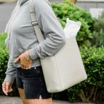 YES, Mamas! We found a new favorite purse & it holds EVERYTHING. The Everlane Form Bag — structured, well-made & organized. Our review says it all.