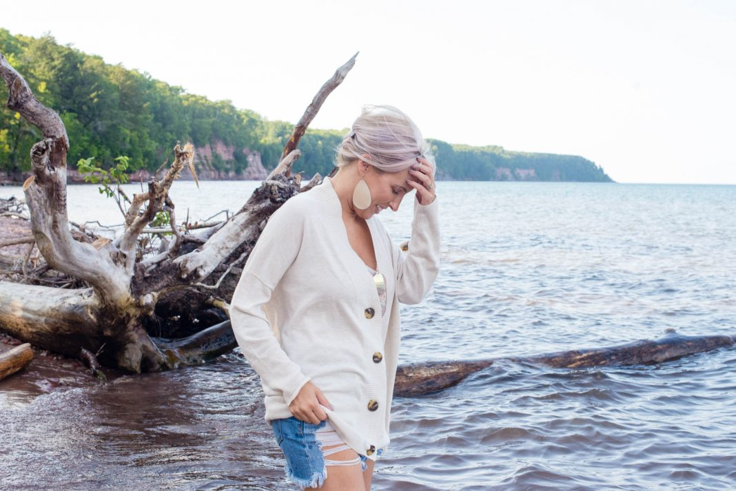 If nothing else for this transitional season, a neutral oversized cardigan. Just right for all our summer & fall outfits.