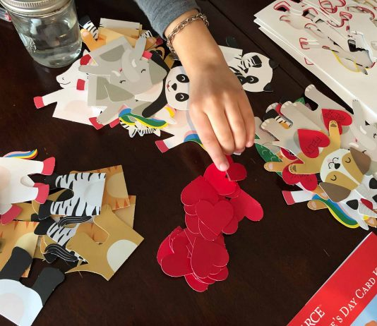 We ❤️homemade kids' class valentines...cutting out hearts...glue & glitter...But sometimes it's too much. Enter DIY crafts & shortcuts —some sustainable.