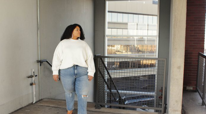 A daily uniform that's comfy, chic & flattering...we're going w/ this oversized Free People sweater & Good American high-waist straight leg jeans — SO GOOD.