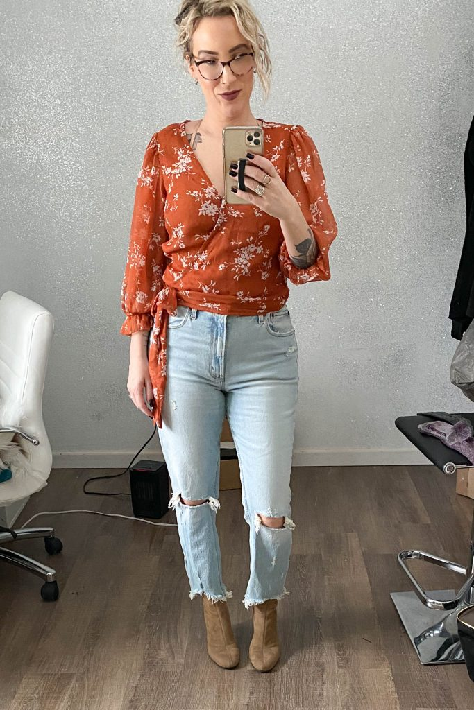 Still chatting about Mom Jeans here at TME. We're comparing Abercrombie & Fitch's high-rise mom jeans w/ the Curve Love line. Here's our try-on & review.