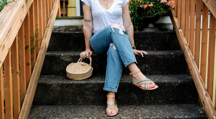 For cropped jeans we're obsessed w/ vintage-style Levi's Wedgie Fit... straight leg + distressing. Pair w/ a knotted tee, cute sandals, a fun bag & voilà! Easy summer outfit, done.