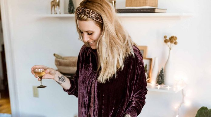 Found: a comfortable holiday outfit formula that's perfectly nursing-friendly & perfect for anyone. A shirt dress + a few accessories = cute & cozy.