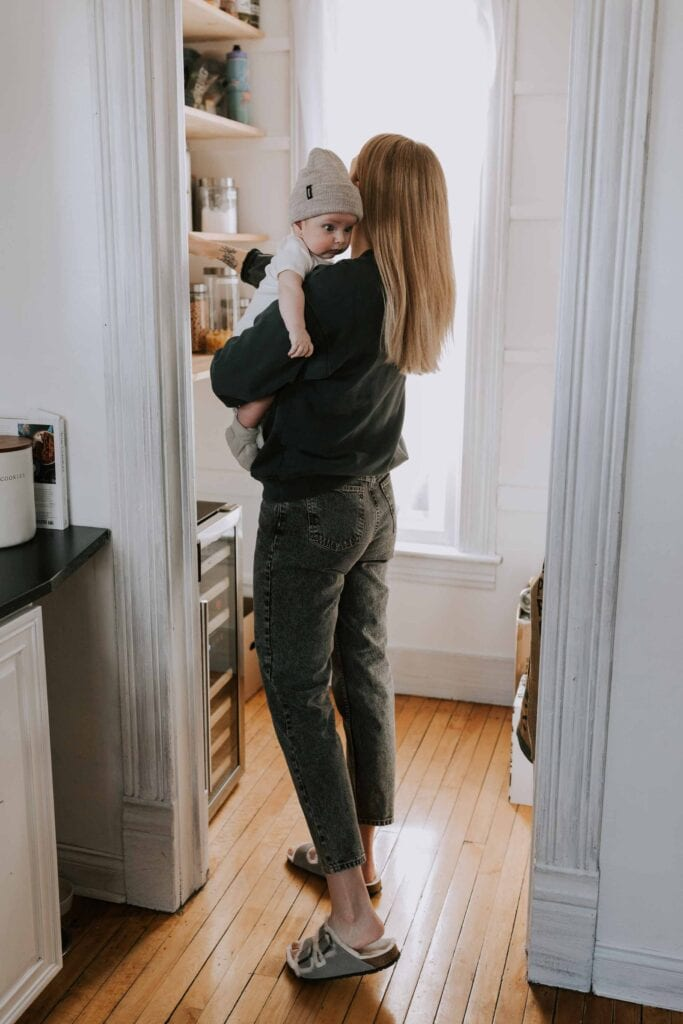 So when I created a tiny human & needed quick + easy postpartum outfits, I naturally reached for my 2 favorite things: sweatshirts & mom jeans