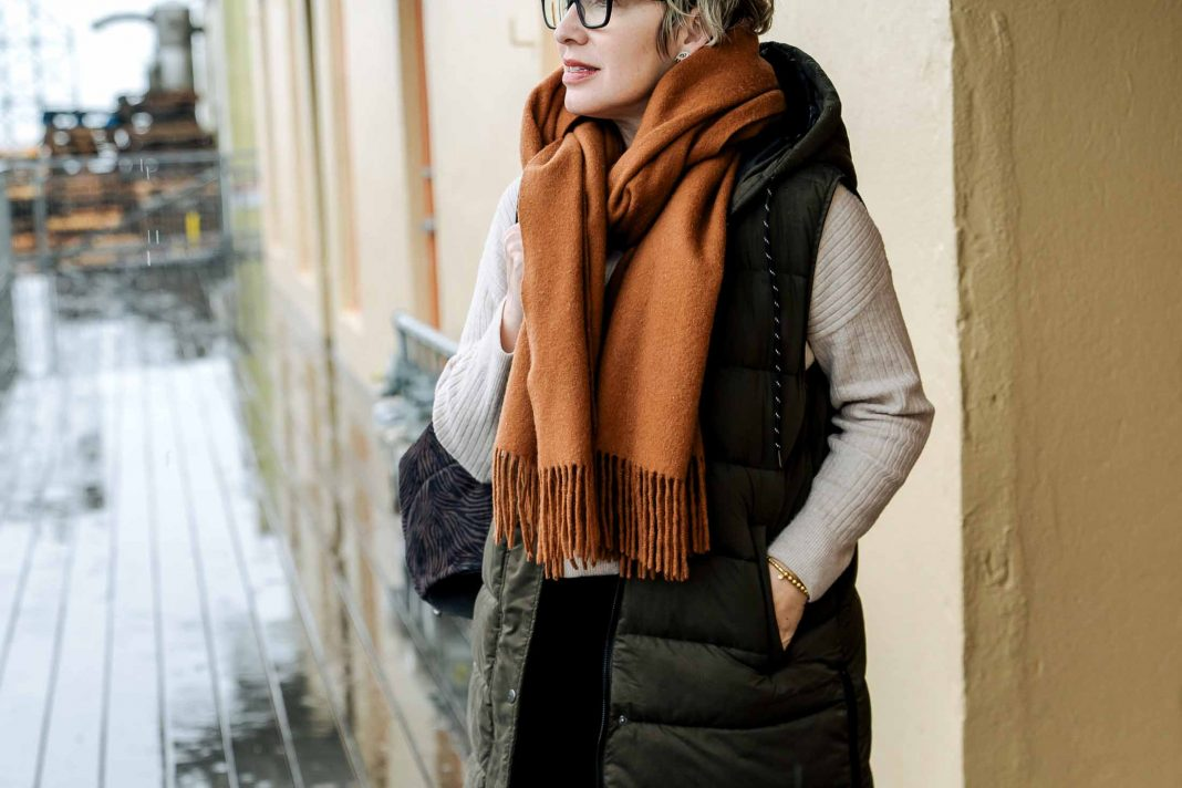 I ordered this amazing long puffer vest from Zella on a whim & threw it on w/ wide-leg sweatpants, No.6 clog boots & a blanket scarf. It's my new fav go-to.