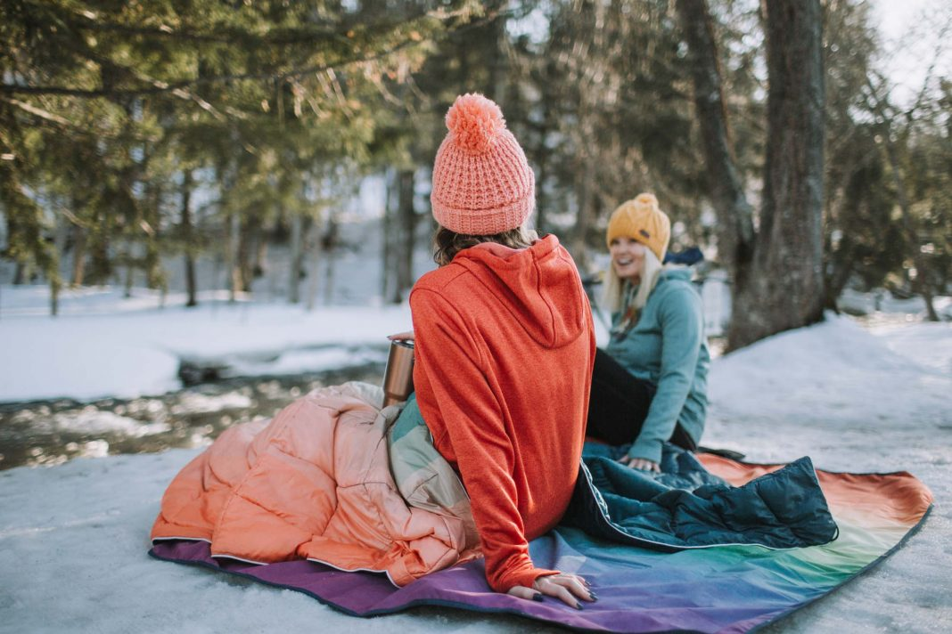I packed cute layers to wear by the fire & wore them the whole time: my fav leggings, crazy warm + water-resistant campfire booties, a comfy hoodie + a cozy hat.