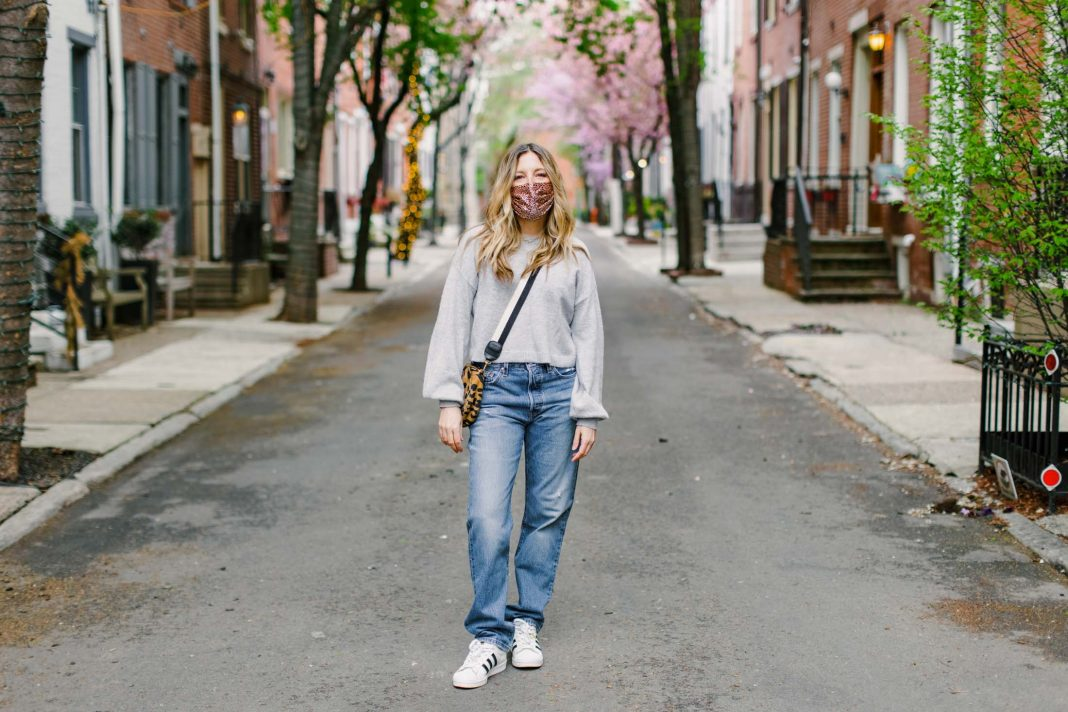 If skinny jeans are out, baggy jeans are decidedly IN! Relaxed, straight leg & loose-fitting, hello '90s vibe. Like sweatpants, but denim — yes! Here's how to style 'em.