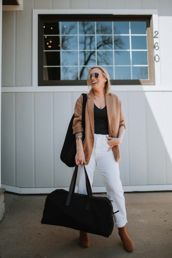 Found: 2 pairs of perfect not-skinny-but-not-mom-jeans that are so hard to get right. They're from Everlane & have inspired a black & white capsule wardrobe.