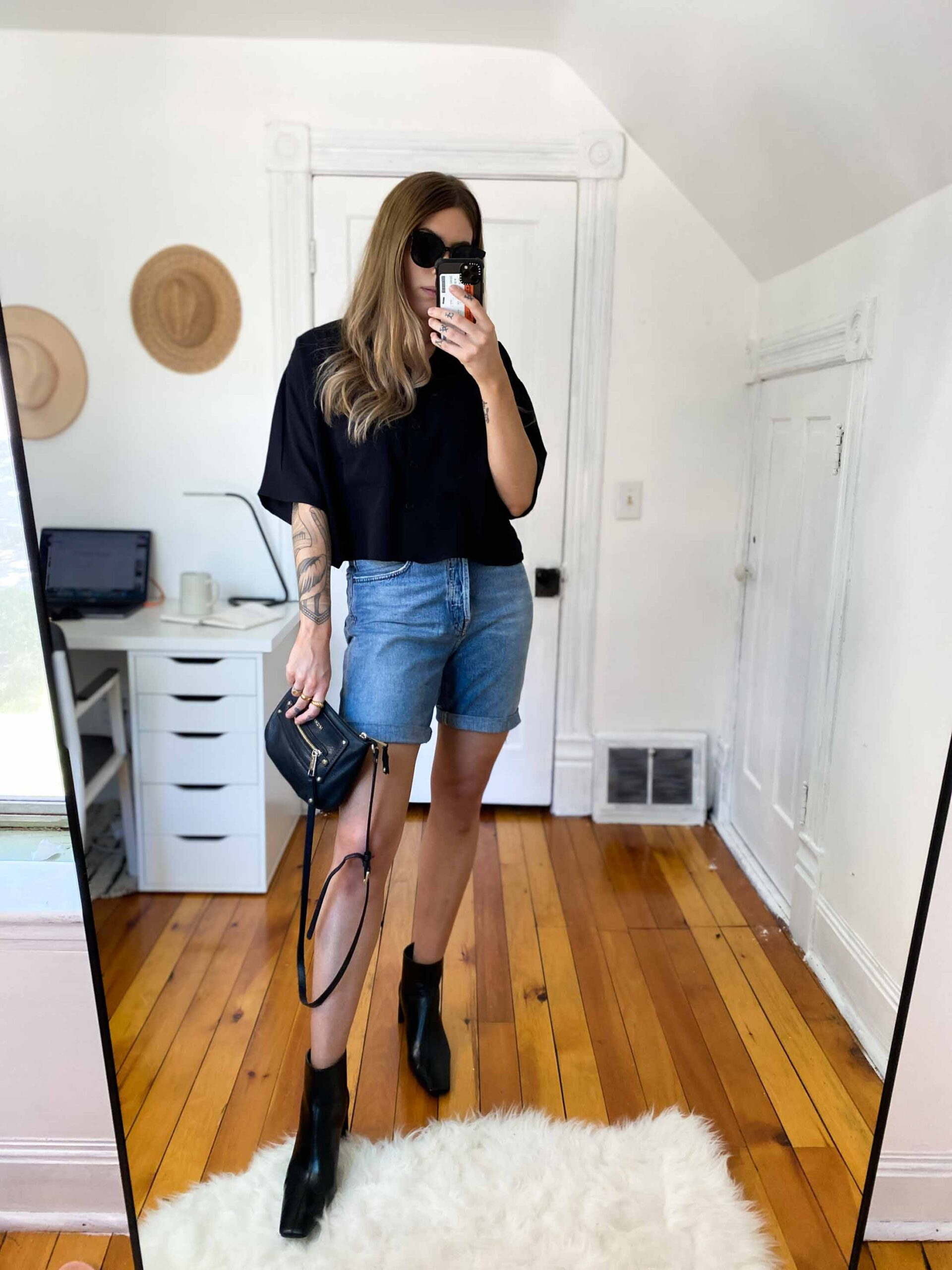 I've been reaching for my Agolde '90s Pinch Waist Shorts b/c I can style them SO many ways. Think: button-up shirt, oversized graphic tee or Abercrombie body suit.