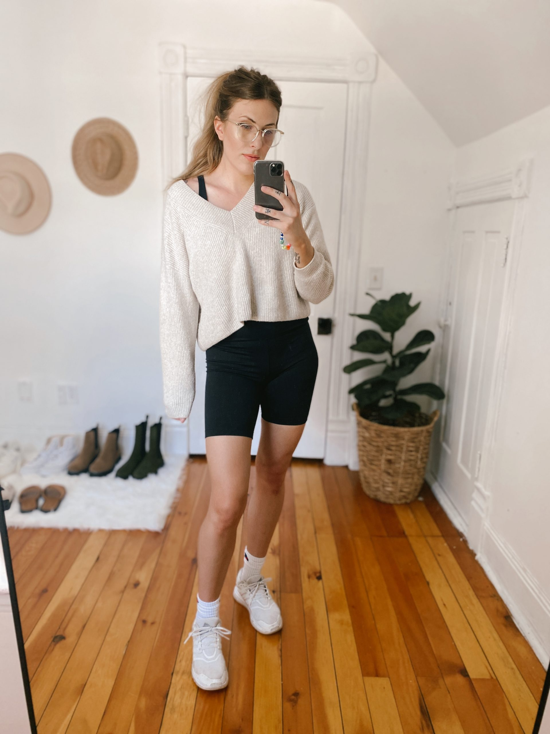 The Open Edit V-neck sweater is the softest 1 I tried in the #NSale. It has a wonderful crop that works well with all my high-rise bottoms. Under $45 & available in 4 colors.