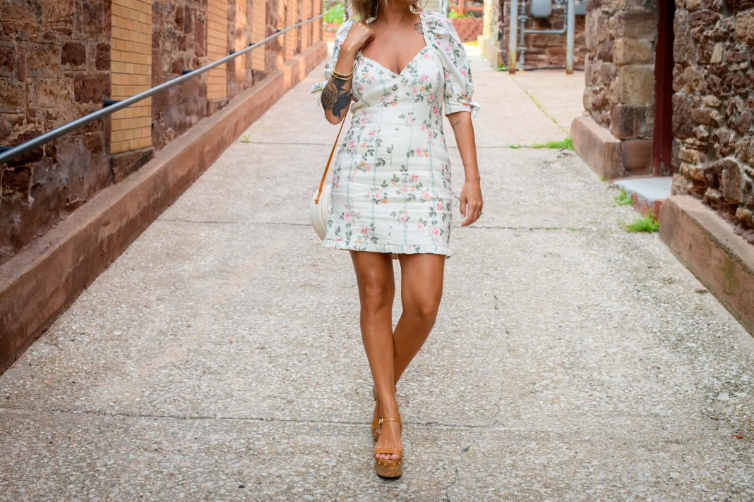 I'm obsessed with this puff-sleeve floral mini dress. It's fun & flirty, but not so dressed up that I feel out of place. The linen blend is perfect for summer.